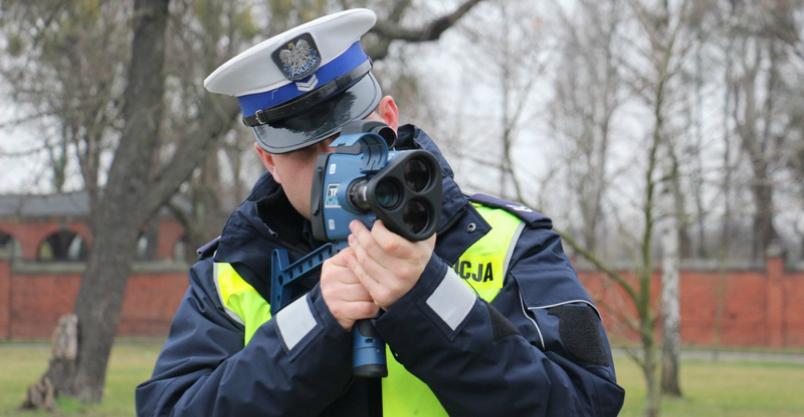 Policjanci zmierzą prędkość laserowo nawet z odległości kilometra