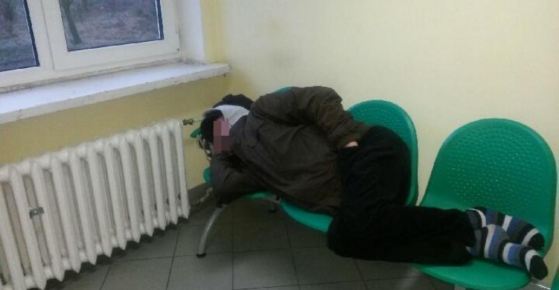 """Bezdomni """"rządzą"""" w szpitalu. Pracownicy i pacjenci przerażeni. A ochrony brak"""