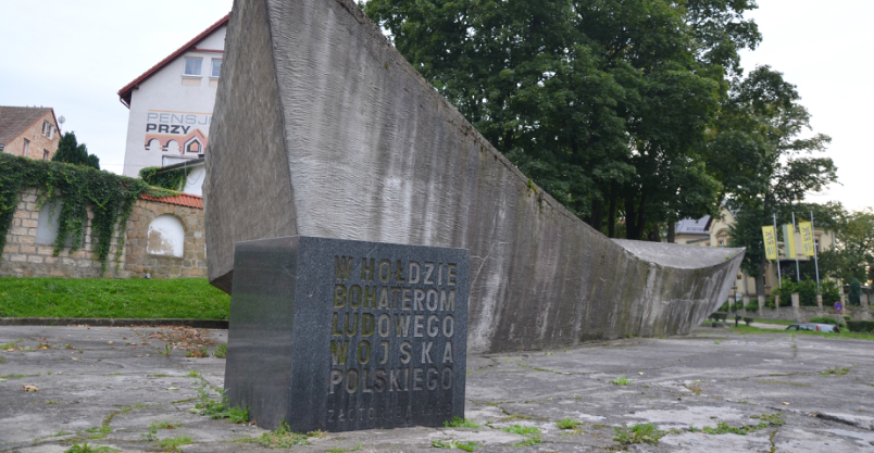 Kto chętny do rozbiórki pomnika?