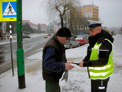 Policjanci i strażnicy rozdawali odblaski