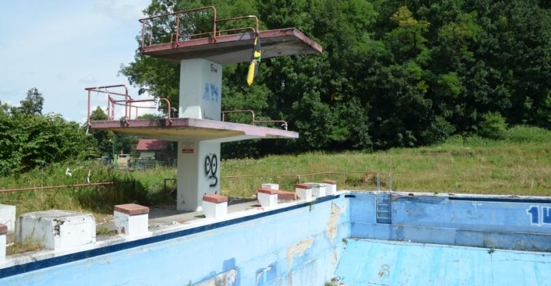 Zainteresowanie złotoryjan terenem, na którym stoi nieużywany basen jest spore… niestety wyłącznie na portalach społecznościowych