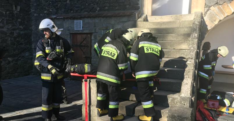 """Zamek w ogniu, strażacy """"ratowali"""" turystów"""