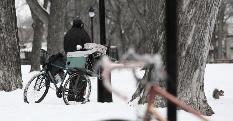 Pomógł kobiecie siedzącej na poboczu drogi. My też nie bądźmy obojętni