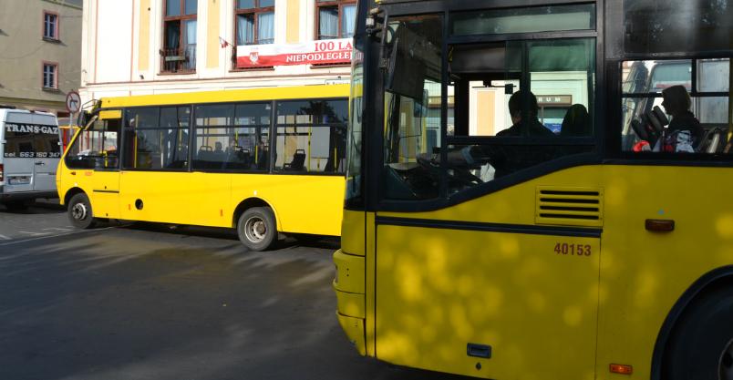 Żółte autobusy zostają w Złotoryi do 2021 roku. Mają nowy rozkład jazdy