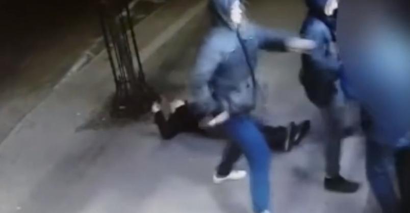 Policja poszukuje drugiego napastnika. Uwaga – drastyczne nagranie