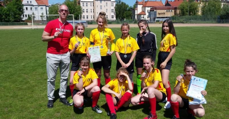 Piłkarskie podium dla dziewcząt z SP w Pielgrzymce