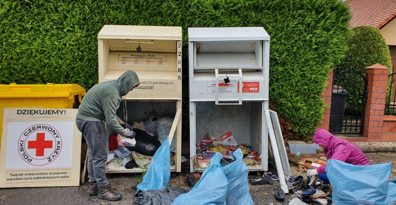 Cała odzież w gów... Kto zanieczyszcza kontenery ekskrementami?