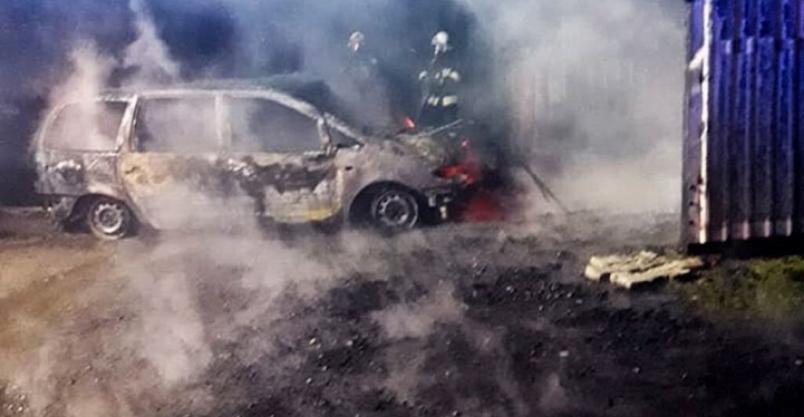 Pożar samochodu w garażu