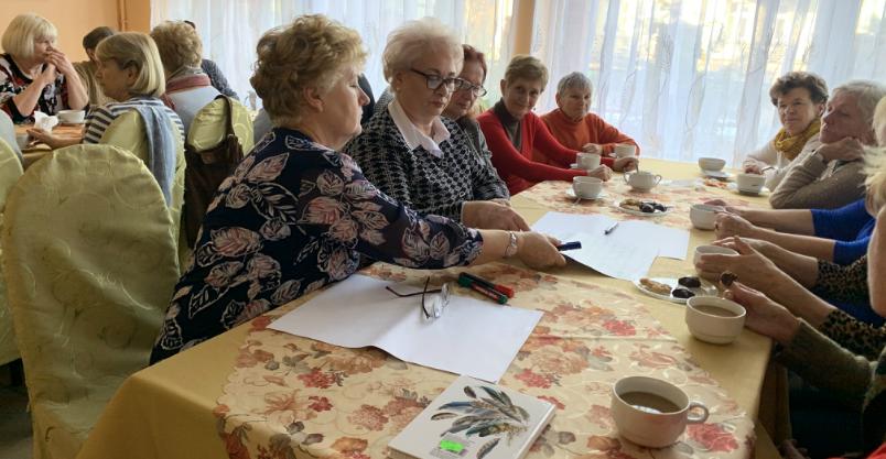 Seniorzy przyszli podyskutować do kawiarenki