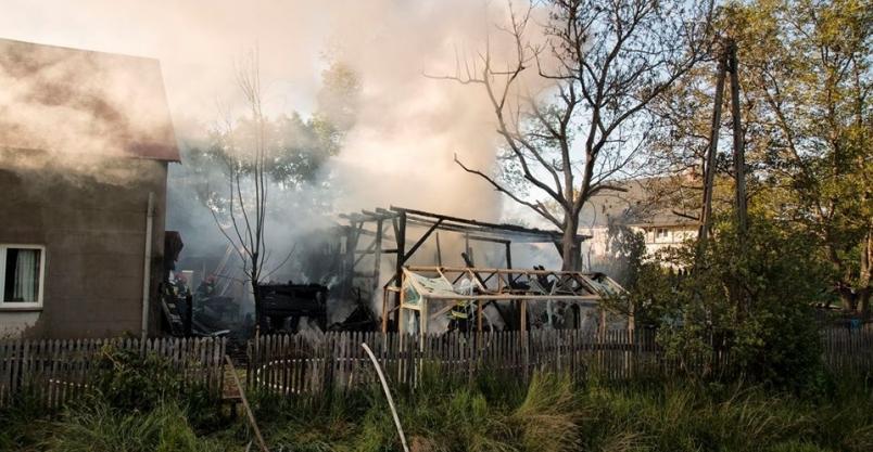 Palił się warsztat. Płomienie docierały do budynku mieszkalnego