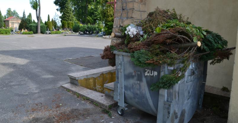 Koniec ze śmieciową wolnoamerykanką na cmentarzu