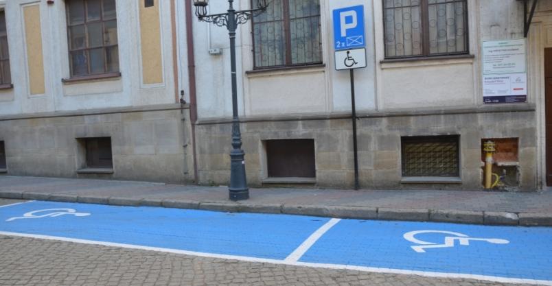 Niepełnosprawne osoby parkują na niebieskim
