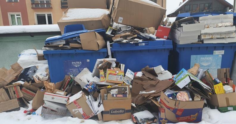Góra papieru przez awarię śmieciarek